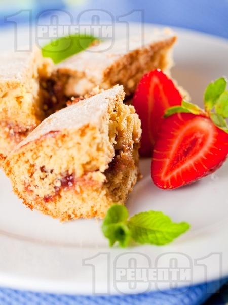 Вкусен маслен сладкиш без мляко със сладко от ягоди по средата - снимка на рецептата